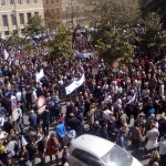 Una grande folla riempie Piazza Municipio