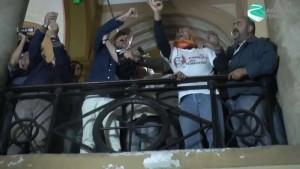 De Magistris, davanti ai suoi fans accalcati a Palazzo San Giacomo, fa il gesto dell'ombrello