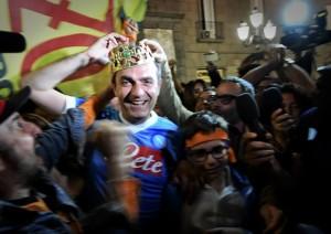 De Magistris con la corona e la maglietta del Napoli
